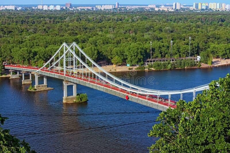 Opinión aérea del paisaje del río Dnipro con el puente peatonal fotografía de archivo libre de regalías