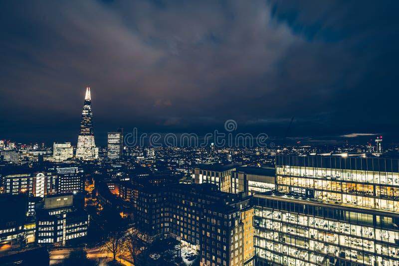 Opinión aérea del paisaje urbano de tejados y de edificios de oficinas en moderno fotografía de archivo
