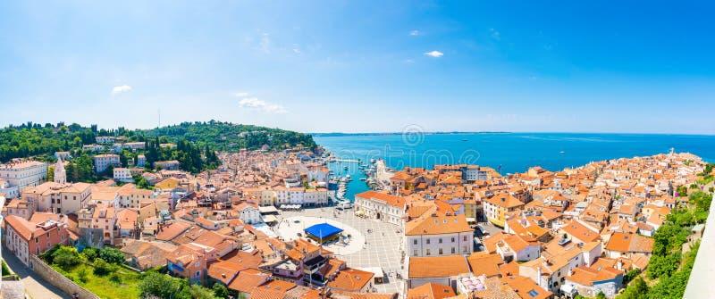 Opinión aérea del panorama de la ciudad de Piran, Eslovenia Mire de torre en iglesia En primero plano están las pequeñas casas, m fotografía de archivo libre de regalías