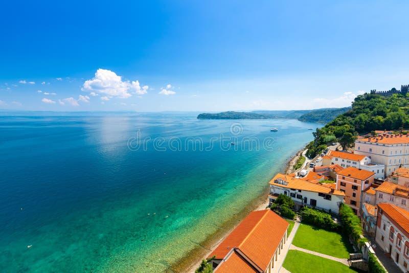 Opinión aérea del panorama de la ciudad de Piran, Eslovenia Mire de torre en iglesia En primero plano están las pequeñas casas, m imagen de archivo libre de regalías