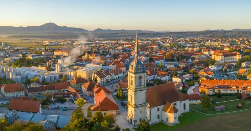 Opinión aérea del panorama de la pequeña ciudad europea medieval Slovenska Bistrica, Eslovenia con la iglesia y el castillo imagen de archivo libre de regalías