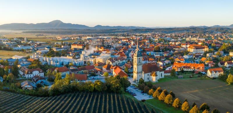 Opinión aérea del panorama de la pequeña ciudad europea medieval Slovenska Bistrica, Eslovenia con la iglesia y el castillo fotos de archivo