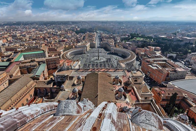 Opinión aérea del panorama de la plaza cuadrada San Pietro de Roma y de San Pedro de la bóveda de la basílica de San Pedro en fotos de archivo libres de regalías