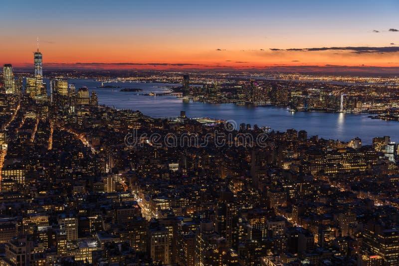 Opinión aérea del panorama del horizonte de New York City en la noche con épocas imagen de archivo