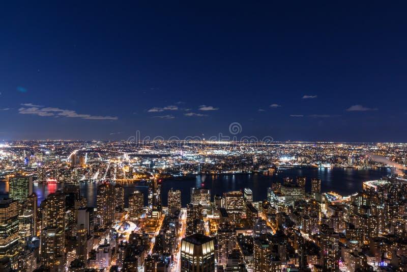 Opinión aérea del panorama del horizonte de New York City en la noche con épocas fotos de archivo