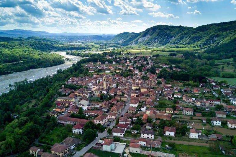 Opinión aérea del pueblo italiano del campo de Borghetto di Borbera fotos de archivo libres de regalías