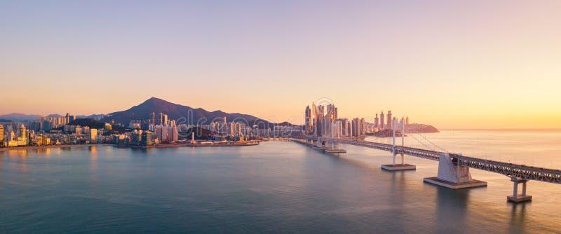 Opinión aérea del puente y de Haeundae de Gwangan en la salida del sol, Busán, del sur fotos de archivo