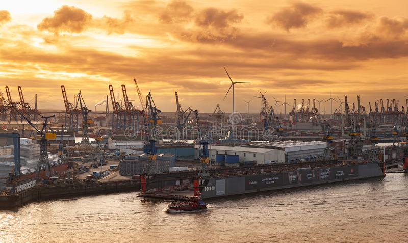 Opinión aérea del puerto de Hamburgo en la puesta del sol imagen de archivo libre de regalías