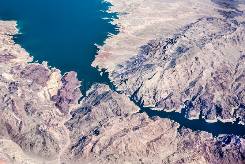 Opinión aérea del río de la montaña imagenes de archivo
