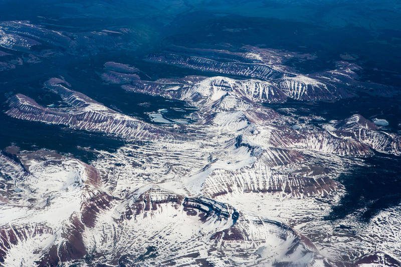 Opinión aérea del río de la montaña del invierno imagen de archivo