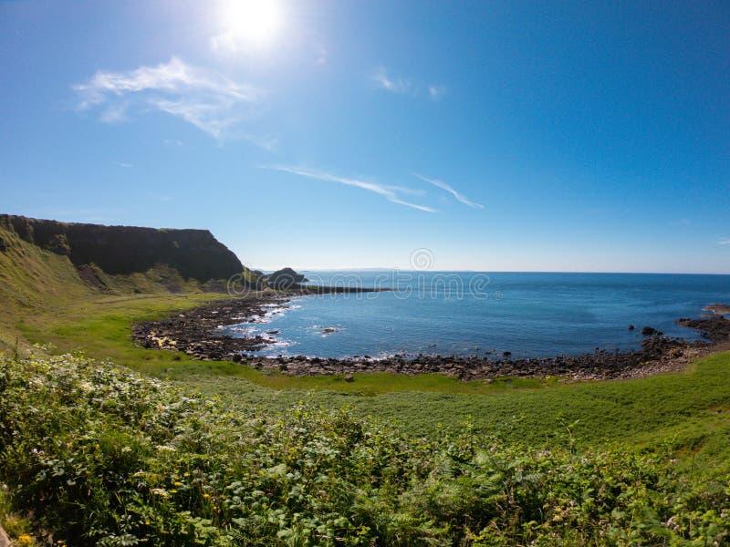 Opinión aérea del terraplén de Giants, columnas del basalto en la costa del norte de Irlanda del Norte cerca de bushmills fotos de archivo libres de regalías