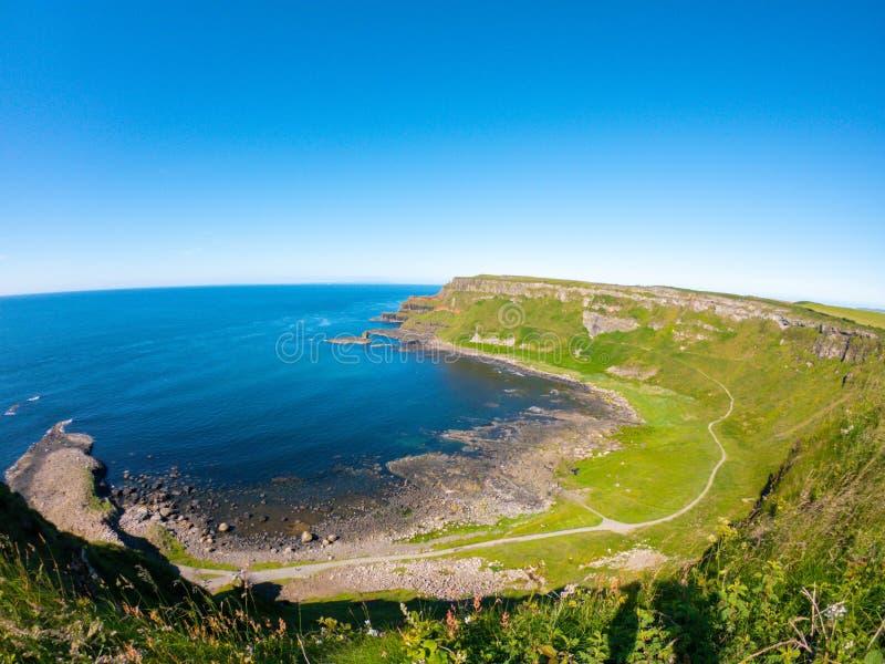 Opinión aérea del terraplén de Giants, columnas del basalto en la costa del norte de Irlanda del Norte cerca de bushmills fotografía de archivo libre de regalías