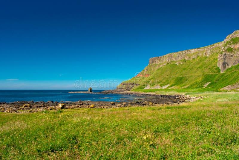 Opinión aérea del terraplén de Giants la atracción más popular y más famosa de Irlanda del Norte Colinas en la costa de Océano At imagen de archivo