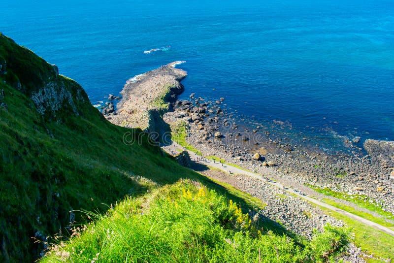 Opinión aérea del terraplén de Giants la atracción más popular y más famosa de Irlanda del Norte Colinas en la costa de Océano At foto de archivo