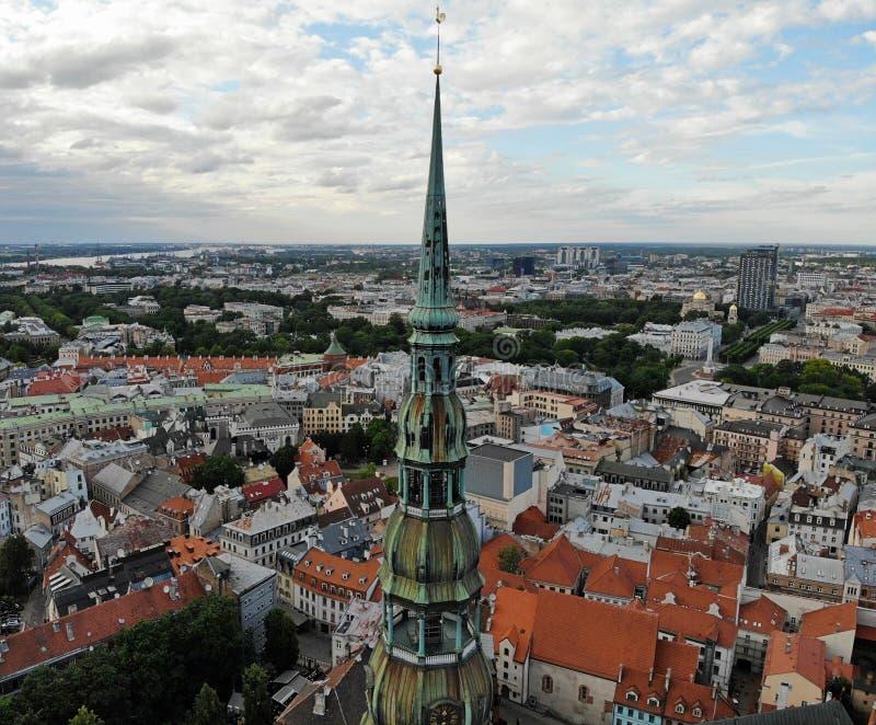 Opinión aérea desde arriba sobre la gran ciudad báltica Riga La capital de Letonia Uno de la ciudad más hermosa y más autentic de foto de archivo