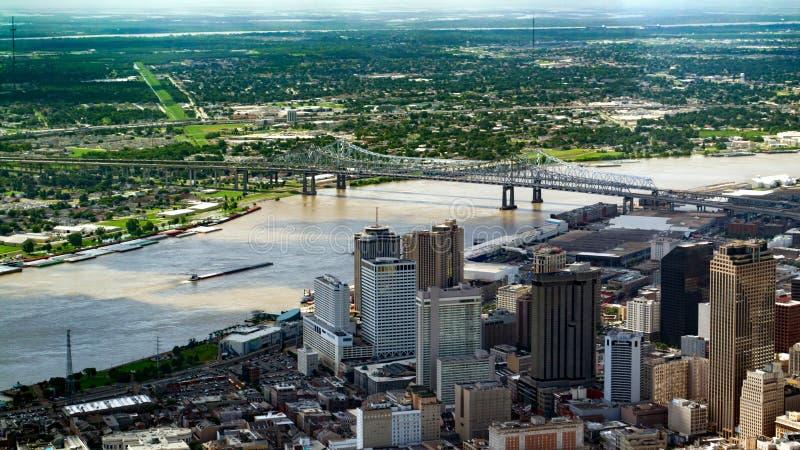Opinión aérea el centro de la ciudad, New Orleans, Luisiana y Crescent City Connection Bridge fotografía de archivo