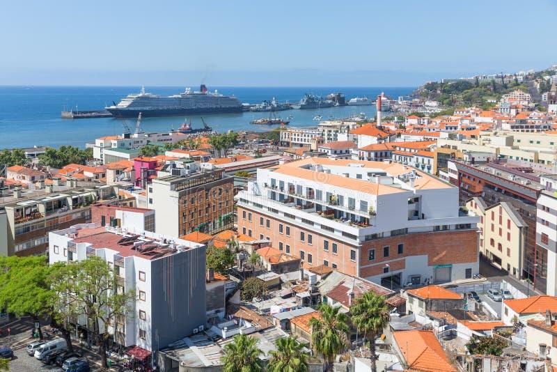 Opinión aérea el portugués Funchal con un barco de cruceros en el puerto fotografía de archivo