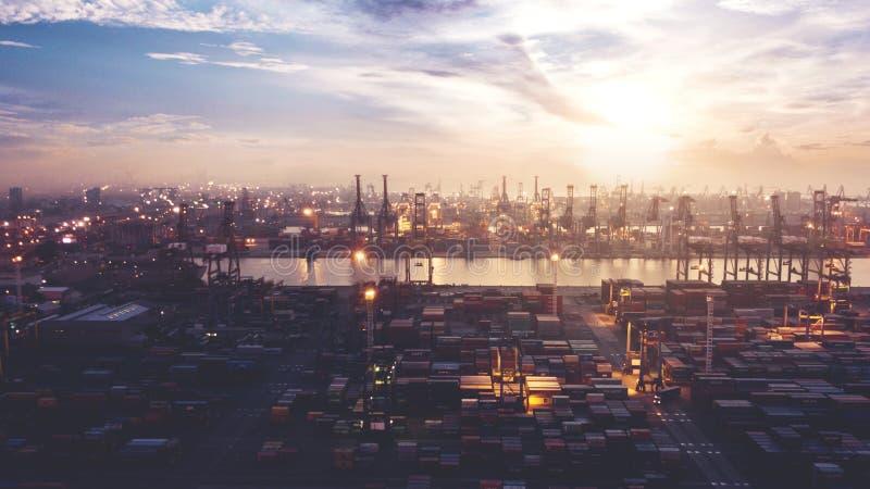 Opinión aérea hermosa de la puesta del sol del puerto de Tanjung Priok fotos de archivo