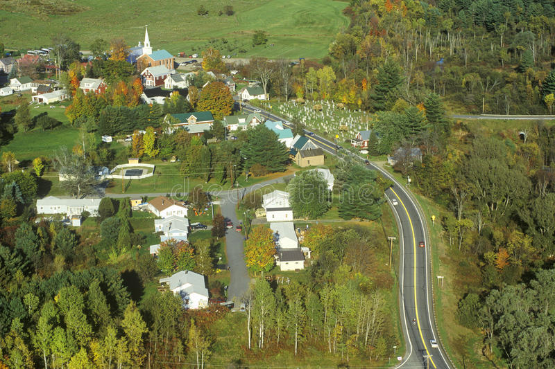 Opinión aérea Hyde Park, VT en la ruta escénica 100 del otoño imagen de archivo