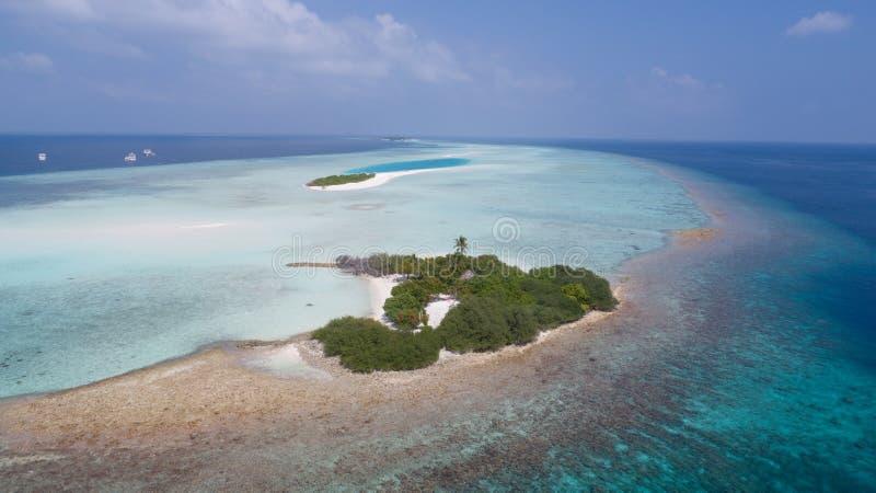 Opinión aérea increíble sobre la pequeña isla en el Océano Índico fotografía de archivo