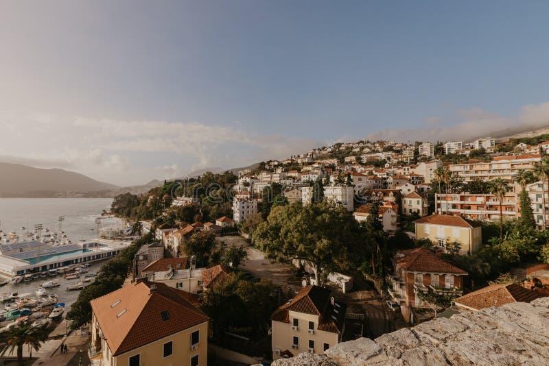 Opinión aérea la ciudad de Herceg Novi, el puerto deportivo y la yegua veneciana del Forte, bahía de Boka Kotorska del mar adriát fotos de archivo libres de regalías