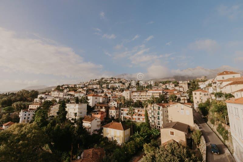 Opinión aérea la ciudad de Herceg Novi, el puerto deportivo y la yegua veneciana del Forte, bahía de Boka Kotorska del mar adriát fotos de archivo