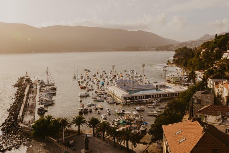 Opinión aérea la ciudad de Herceg Novi, el puerto deportivo y la yegua veneciana del Forte, bahía de Boka Kotorska del mar adriát imágenes de archivo libres de regalías