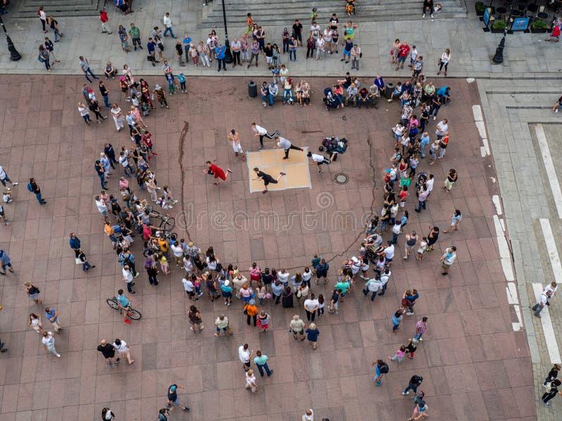 Opinión aérea la ciudad vieja en Varsovia y la gente del baile en el cuadrado imágenes de archivo libres de regalías