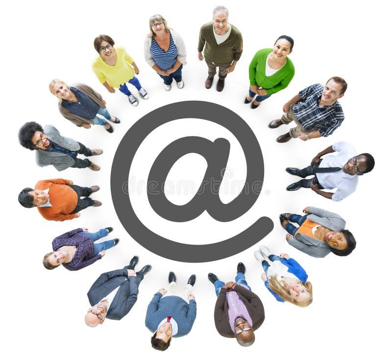 Opinión aérea la gente multiétnica que forma el círculo y 'en' el símbolo fotos de archivo