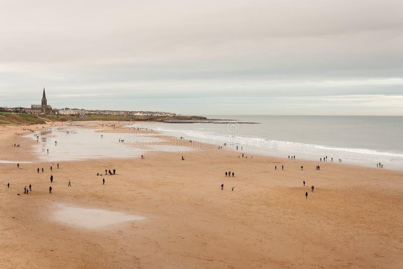 Opinión aérea la gente que da un paseo en la playa en los escudos del norte imagen de archivo