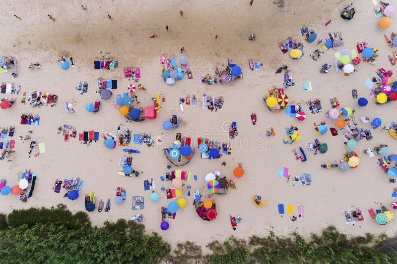 Opinión aérea la gente que toma el sol en una playa hermosa en Portugal imagenes de archivo