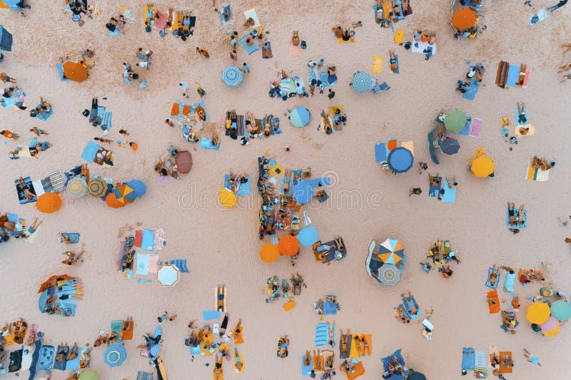 Opinión aérea la gente que toma el sol en una playa hermosa en Portugal fotografía de archivo libre de regalías