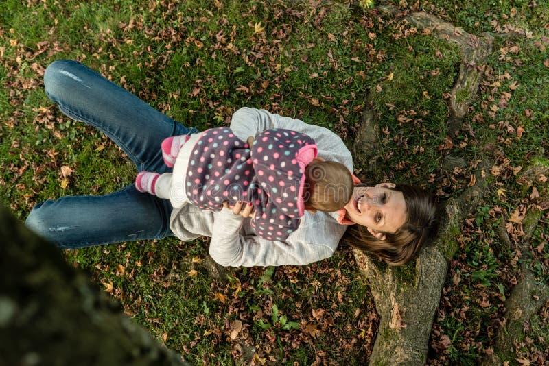 Opinión aérea la madre feliz que juega con su bebé foto de archivo
