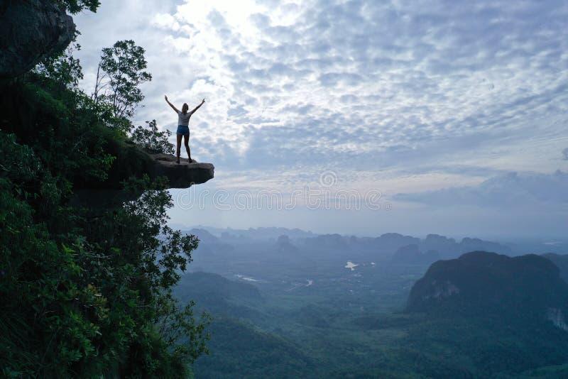 Opinión aérea la mujer al borde de la roca en el punto del Mountain View imágenes de archivo libres de regalías