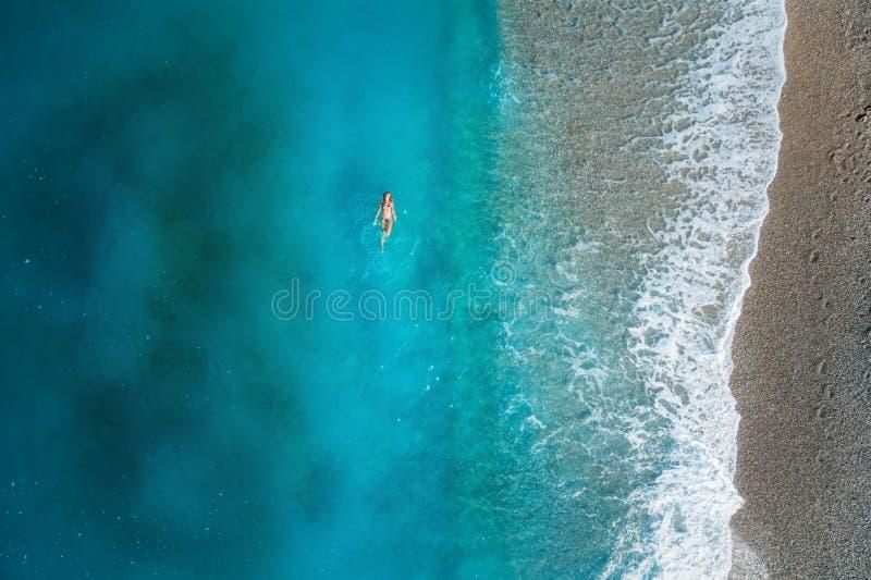 Opinión aérea la mujer de la natación en el mar Mediterráneo imagenes de archivo