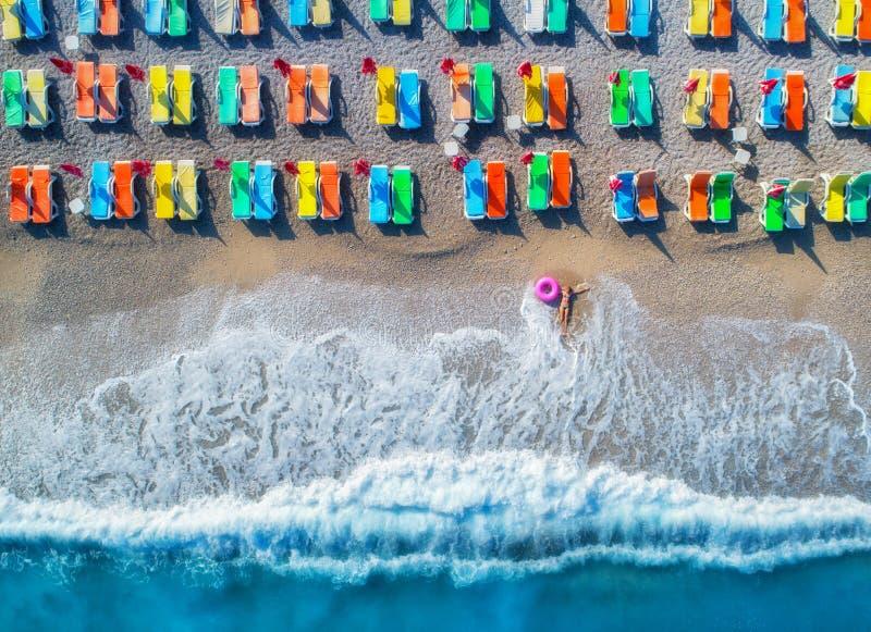 Opinión aérea la mujer de mentira con el anillo de la nadada en el mar imagen de archivo