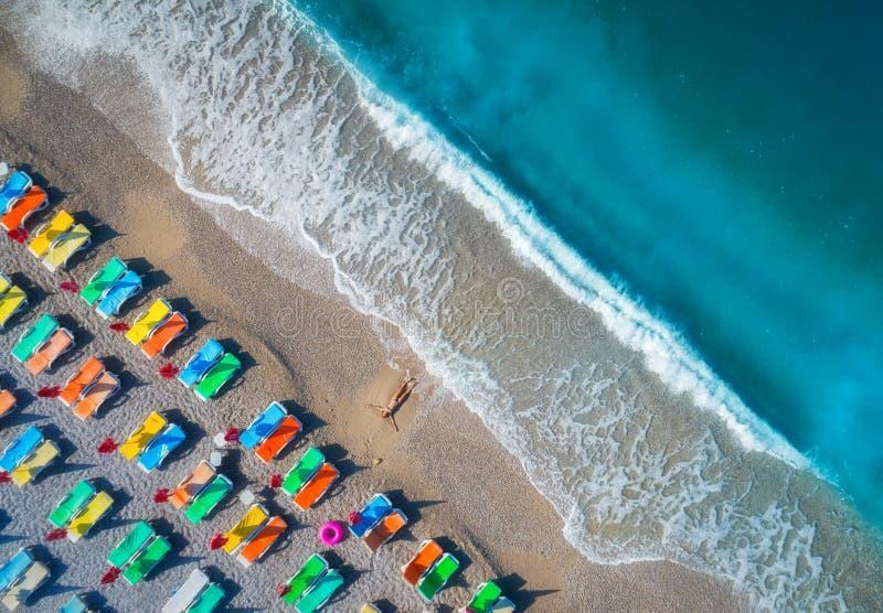 Opinión aérea la mujer de mentira en la playa imagen de archivo