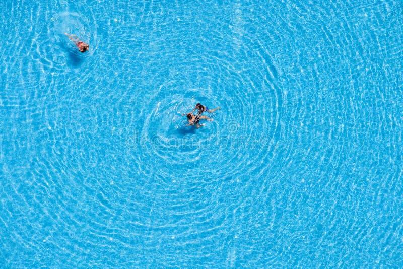 Opinión aérea los turistas que nadan en la piscina fotografía de archivo libre de regalías