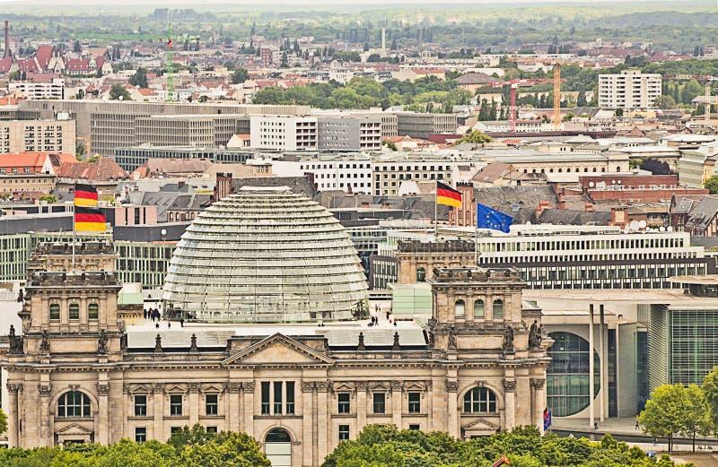Opinión aérea panorámica de Berlín con el edificio del Parlamento alemán imágenes de archivo libres de regalías