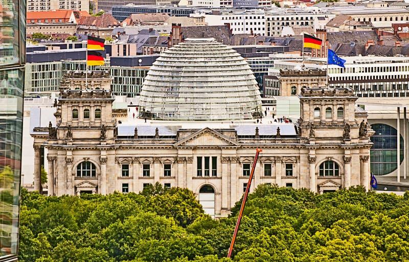 Opinión aérea panorámica de Berlín con el edificio del Parlamento alemán fotografía de archivo