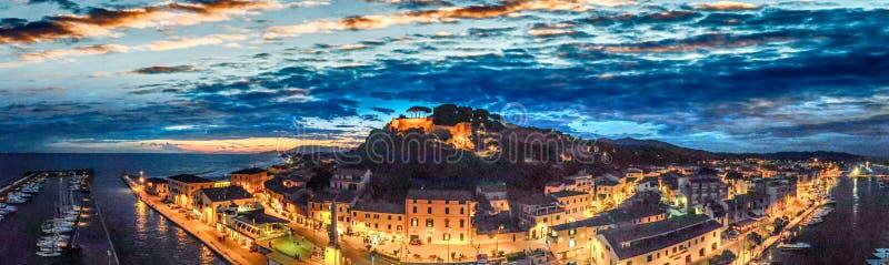 Opinión aérea panorámica de la noche del della Pescaia de Castiglione después de s foto de archivo libre de regalías