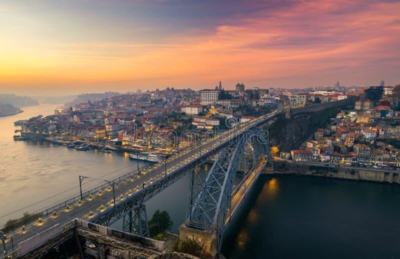 Opinión aérea panorámica de Oporto Dom Luis Bridge en la puesta del sol Oporto, imagen de archivo