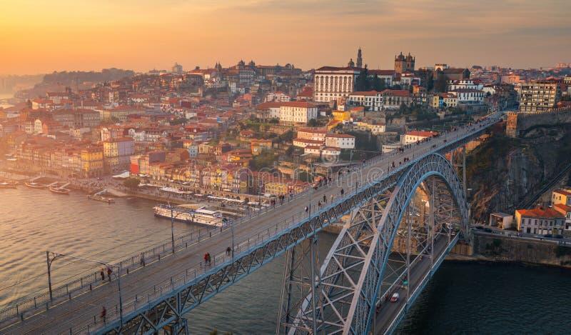 Opinión aérea panorámica de Oporto Dom Luis Bridge en la puesta del sol Oporto, fotografía de archivo