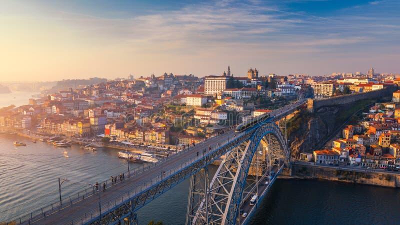 Opinión aérea panorámica de Oporto Dom Luis Bridge en la puesta del sol Oporto, fotografía de archivo libre de regalías