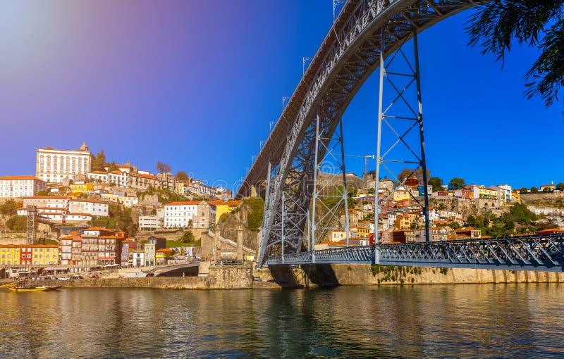 Opinión aérea panorámica de Oporto de Dom Luis Bridge y de casas con r imagen de archivo libre de regalías
