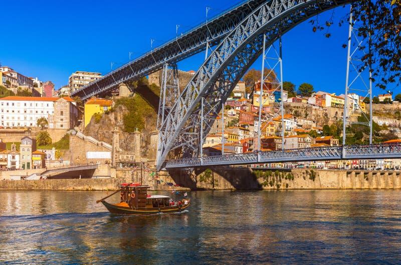 Opinión aérea panorámica de Oporto de Dom Luis Bridge y de casas con r imágenes de archivo libres de regalías