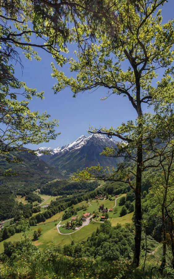 Opinión aérea panorámica muy grande sobre pueblo suizo en valle cerca de las caídas de Reichenbach (Reichenbachfall) en las monta fotografía de archivo