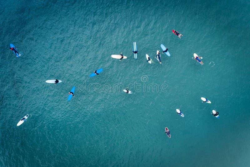 Opinión aérea personas que practica surf en el océano en la playa de Baleal en Peniche fotos de archivo
