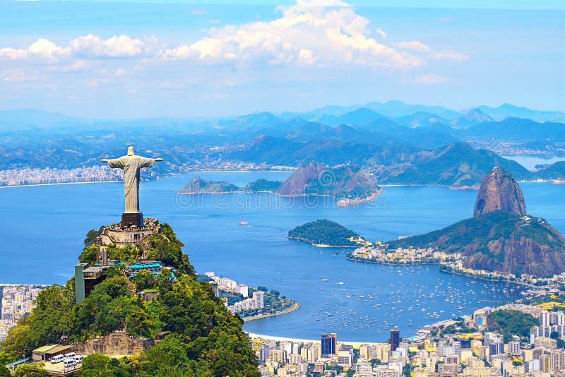 Opinión aérea Rio de Janeiro con el redentor de Cristo y la montaña de Corcovado fotografía de archivo