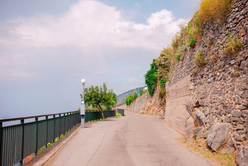 Opinión aérea Serpentine Roads en la costa de Amalfi cerca del mar fotos de archivo libres de regalías